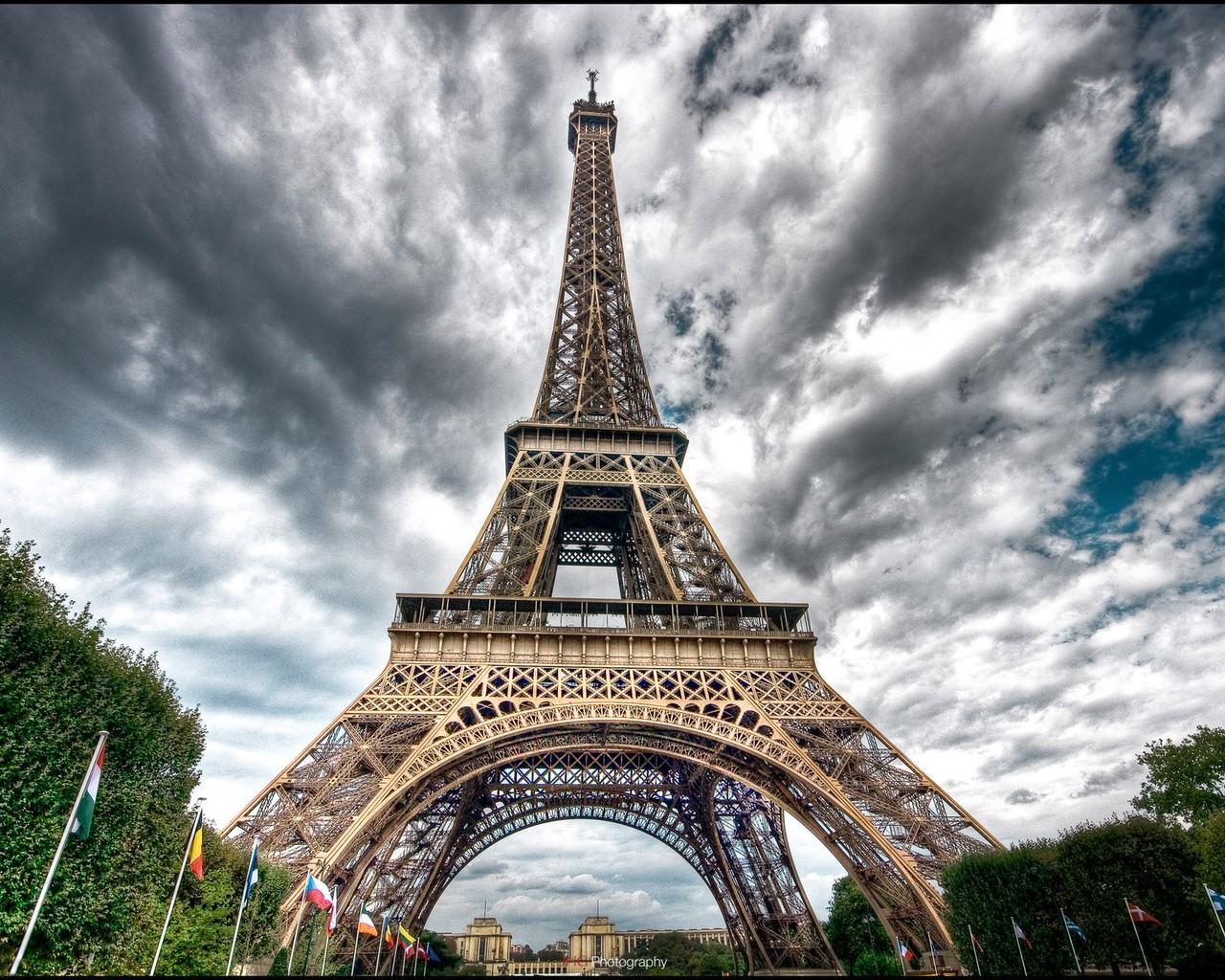 巴黎埃菲尔铁塔-长颈鹿旅游